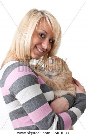 junge Frau mit ein Kätzchen.