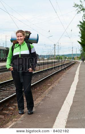 Backpacker eine junge Frau wartenden Zug am Bahnhof
