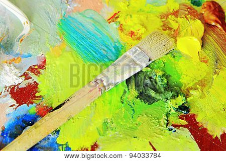 Art brush to the palette for mixing paints