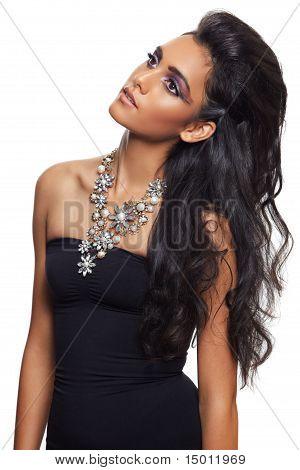 Mulher bonita com cabelos longos cacheados e colar de flores.