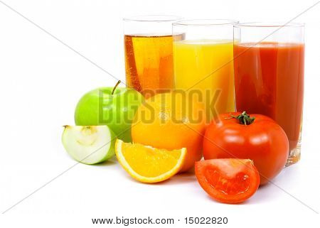 Apfel-Orange und Tomaten Früchte mit Saft in das Glas isolated over white background
