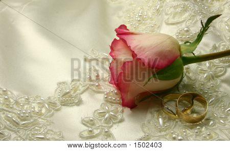 Rosen und Ringe auf ein Brautkleid