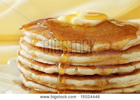Golden Pfannkuchen mit Butter und warmem Ahornsirup.  Nahaufnahme mit extrem flachen Dof und weiche brüllen