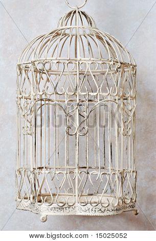 Jaula de pájaro decorativa clásico con fondo imitación de mármol.
