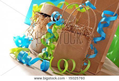 Einfaches Packpapier Geschenktüten und Boxen dekoriert mit bunten Curling-Multifunktionsleiste.  Helle weiße backgro