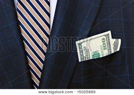 Terno clássico com laço de seda e contas crocante 100 dólares no bolso.