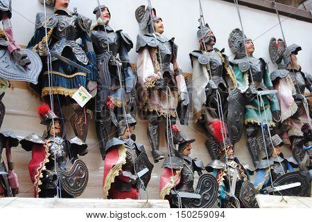 Pupi siciliani pronti per lo spettacolo di marionette