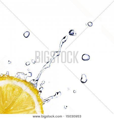 gotas de agua dulce en limón aislado en blanco