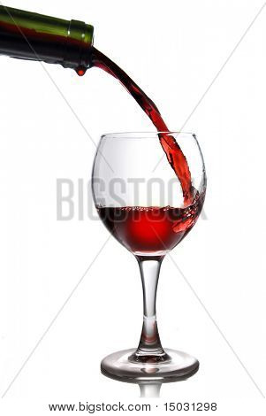 pouring Rotwein in Becher