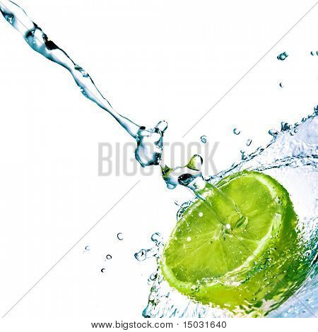 las gotas de agua dulce cal aislado en blanco