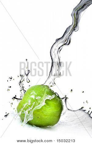 respingo de água doce na maçã verde isolado no branco