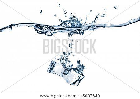 cubos de gelo, cair na água com esguicho isolado no branco