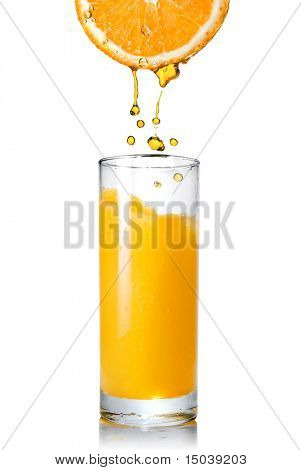 Gießen von Orange Orangensaft in das Glas, isolated on white