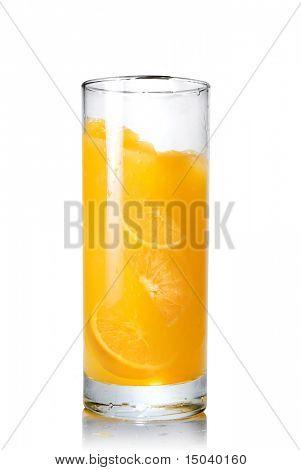 suco de laranja com fatias de laranja no vidro isolado no branco