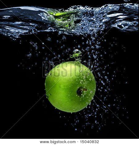 maçã verde, cair na água com esguicho isolado em preto