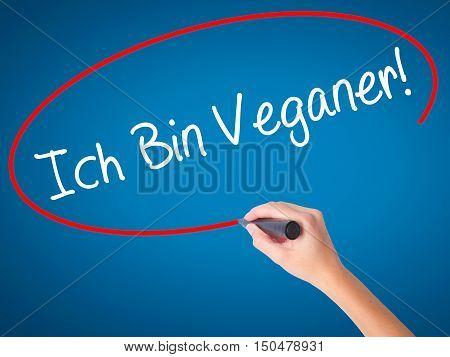 Women Hand Writing Ich Bin Veganer! (im Vegetarian In German) With Black Marker On Visual Screen