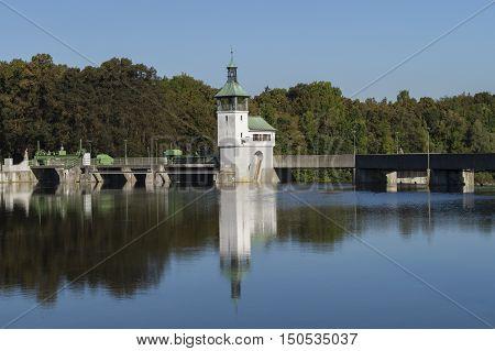 Blick auf das Wasserwerk am Kuhsee im Herbst