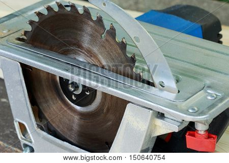 the circular saw set on a wooden table