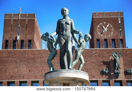Family Group bronze sculpture and Oslo City Hall (Radhus) in Oslo Norway