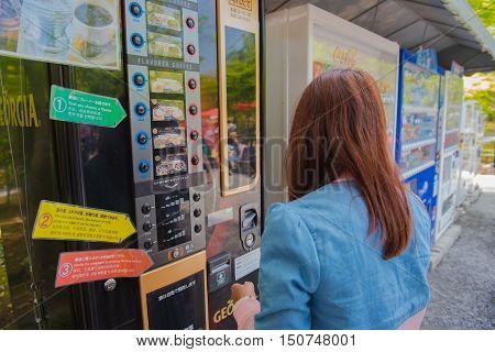TOKYO  , JAPAN - MAY 2 , 2016 :  women and coffee  Vending Machines . Tokyo, Japan. MAY 2 2016.