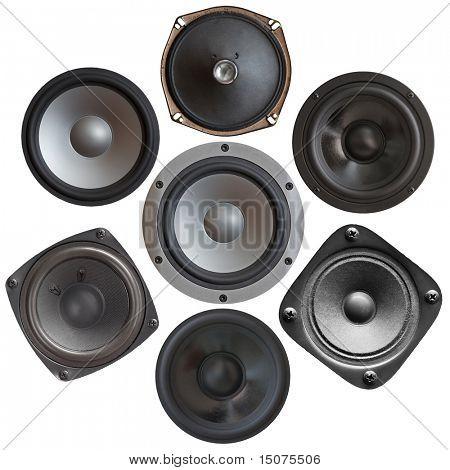 conjunto de altavoces de sonido aislado sobre fondo blanco