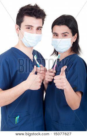 Equipo de médicos con cepillo de dientes