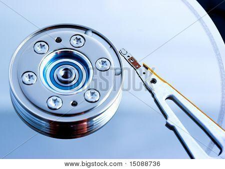 Offene Festplattenlaufwerk, geringe Schärfentiefe mit Fokus auf die Nadel