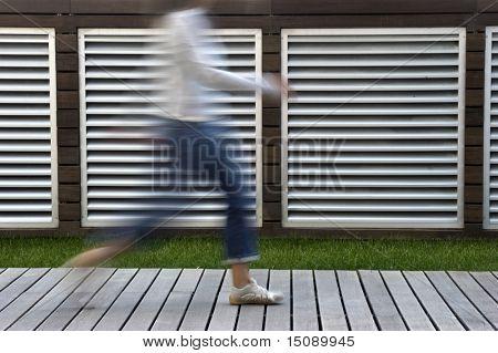 """Ein """"Bewegungsunschärfe"""" Auszug aus einer Person, die zu Fuß in Eile"""