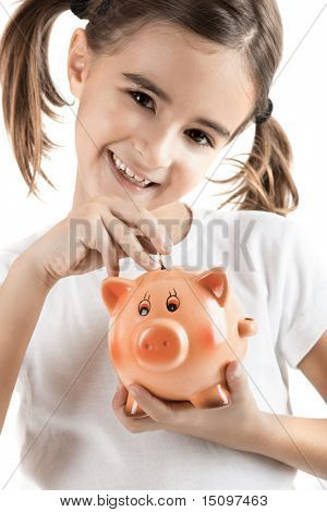 Niña sosteniendo una alcancía e insertar una moneda de un euro