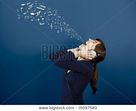 Junge Frau singen und hören Musik mit Noten immer aus dem Mund
