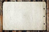 Постер, плакат: Винтажные бумага на старых текстуры древесины