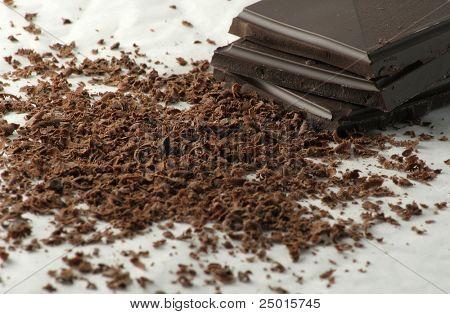 Chocolate amargo rallado y unos trozos de chocolate.