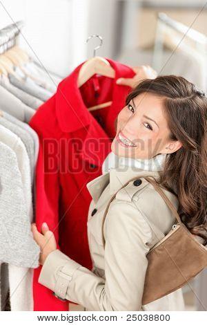 Mulher compra na loja de roupas
