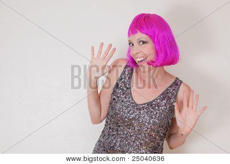 Trinken Frau mit rosa Perücke