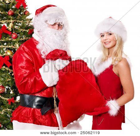 Santa claus y chica dando actualmente por el árbol de Navidad. Aislado.
