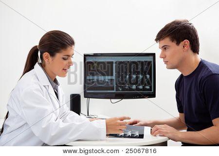 Weibliche Zahnarzt diskutieren Bericht mit Patienten in Klinik