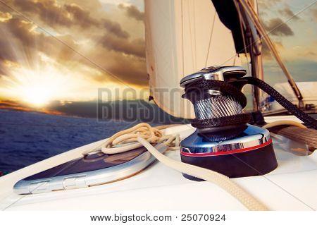 Iate de vela contra o pôr do sol.Sailboat.Travel