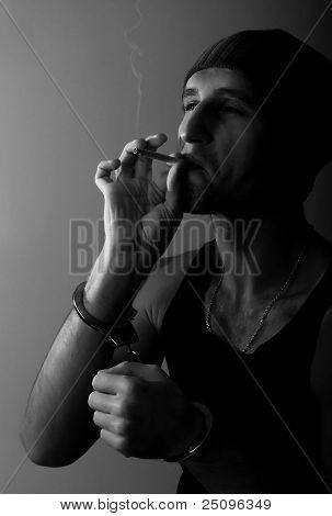 Hombre malo con las manos esposadas, con un cigarrillo