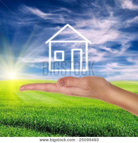 Feminino mão segurando a casa branca desenhada