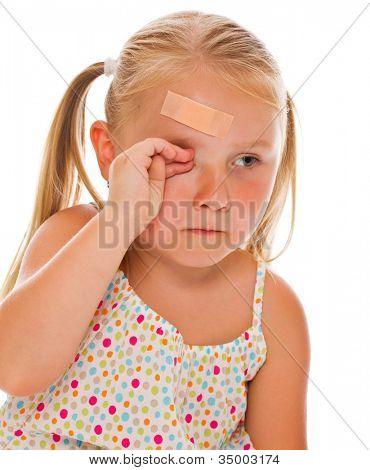 kleines Mädchen mit Gips auf Kopf. Studioaufnahme