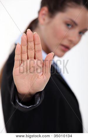 gesto de parada que hace de mujer con la mano