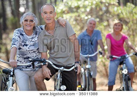 Oudere mensen paardrijden hun fietsen