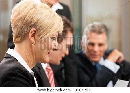 Negócios - reunião em um escritório, os empresários estão discutindo um documento
