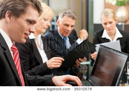 Negócios - reunião em um escritório, os empresários estão discutindo um projeto