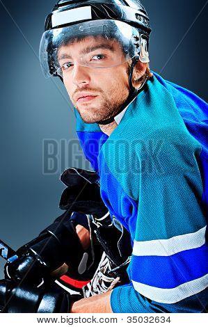 Retrato de un jugador de hockey sobre hielo guapo. Estudio de tiro.
