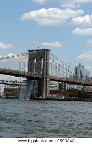 Wasserfälle unter Brücke
