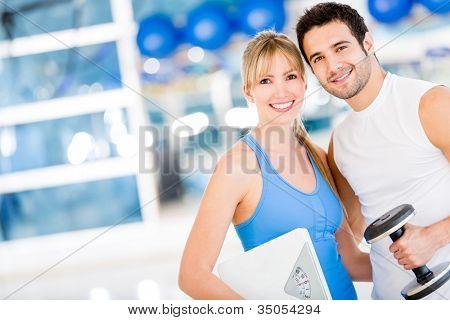 En forma pareja en el gimnasio de aspecto muy atractivo