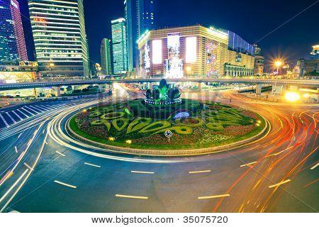 Licht Wege auf dem Hintergrund der modernen Gebäude in shanghai china