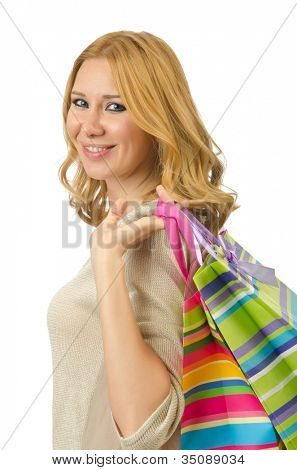 Chica atractiva con bolsas