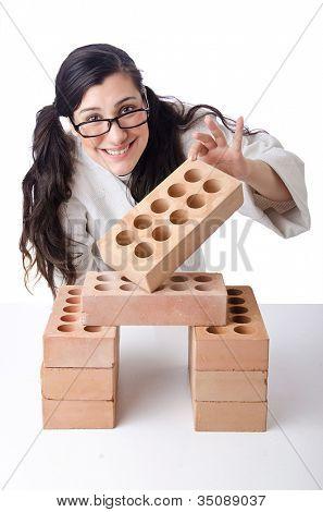 Karate mujer rompiendo ladrillos en blanco